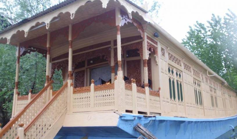 Houseboat New Bul Bul - Search for free rooms and guaranteed low rates in Srinagar, we guarantee the lowest price for your hotel in Sr?nagar (Srinagar), India 3 photos