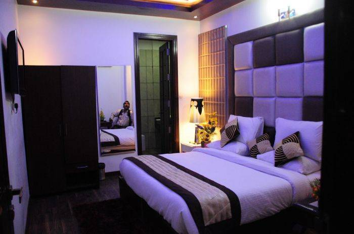 Hotel Taksh Inn, New Delhi, India, backpackers hostels hiking and camping in New Delhi