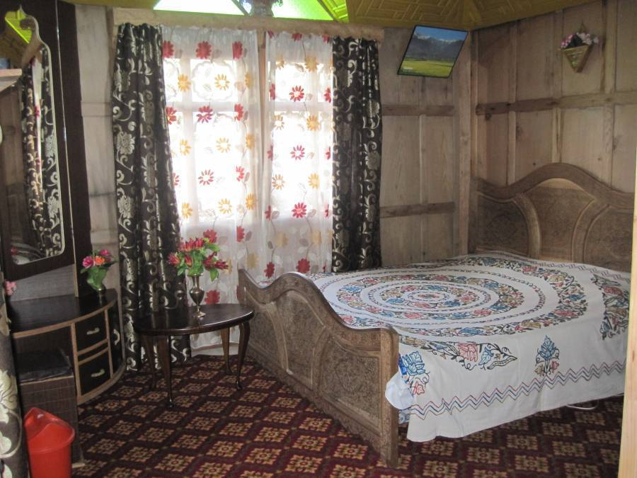 Houseboat New Bul Bul, Srinagar, India, book your getaway today, hotels for all budgets in Srinagar