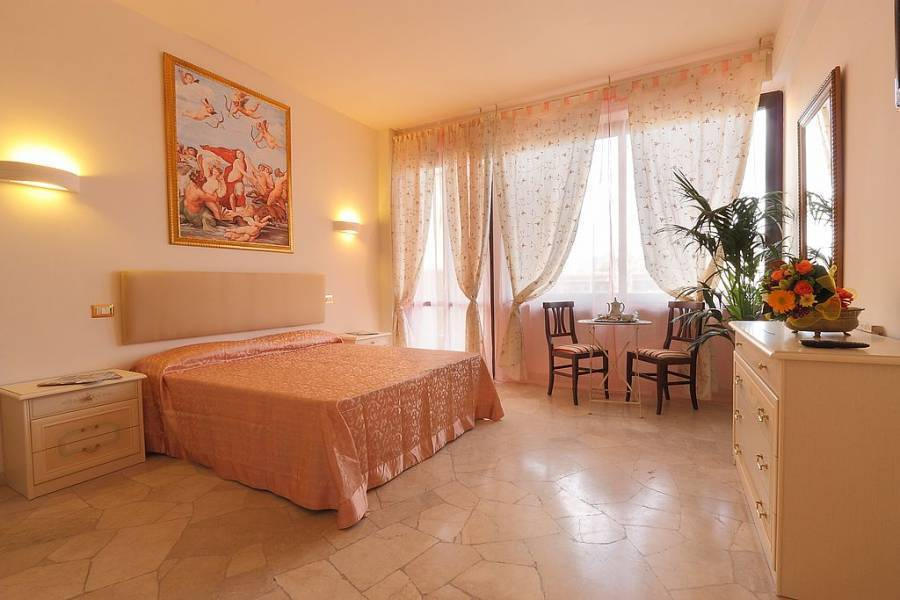 Monna Clara, Florence, Italy, passport to savings on travel and hostel bookings in Florence