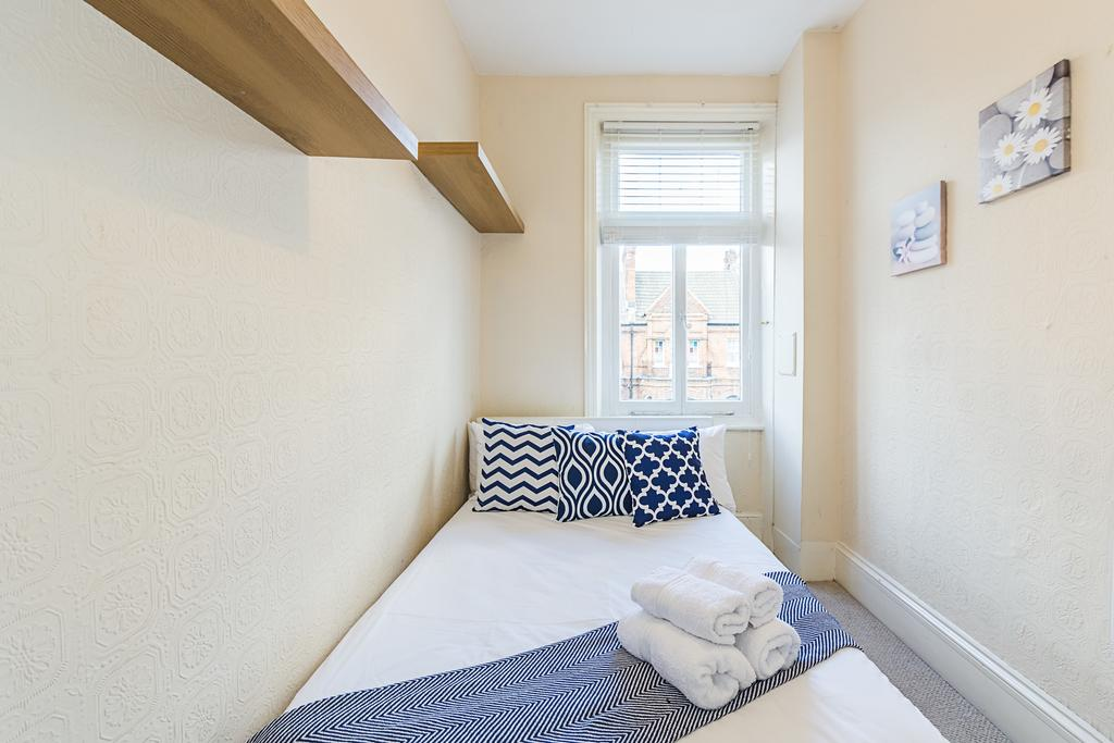Bright West Kensington Flat, City of London, England, budget holidays in City of London