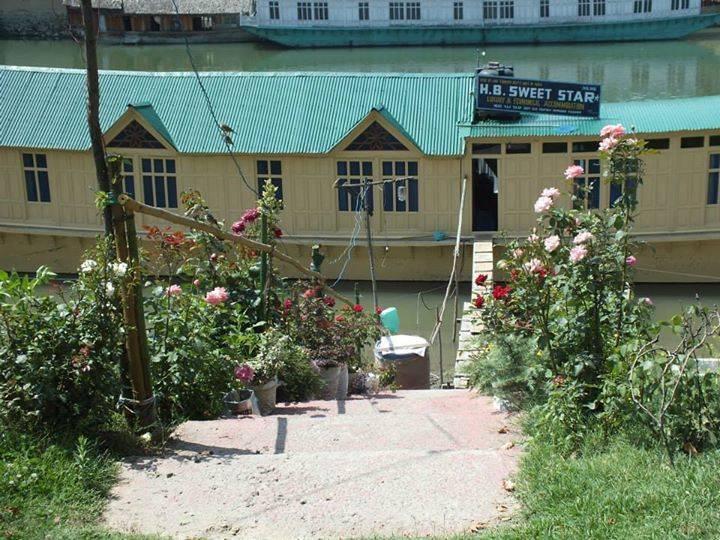 Houseboat Sweetstar, Srinagar, India, affordable motels, motor inns, guesthouses, and lodging in Srinagar