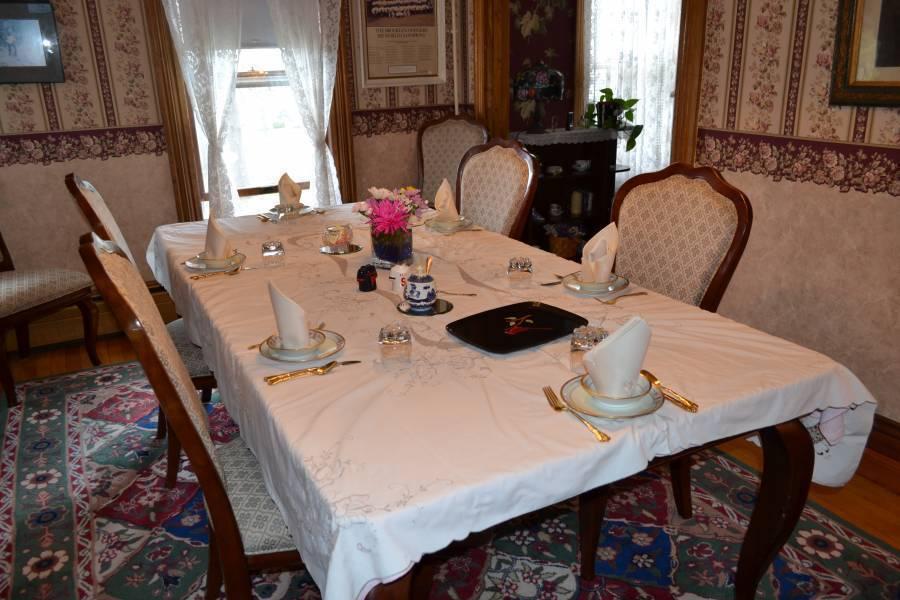 Cheney House Bed and Breakfast, Ashland, New Hampshire, Hotele z barami na dachu i jadalniami w Ashland
